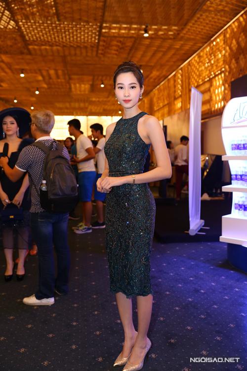 Hoa hậu Đặng Thu Thảo sang trọng và gợi cảm cùng váy ôm khít eo được đính kết họa tiết tỉ mỉ.
