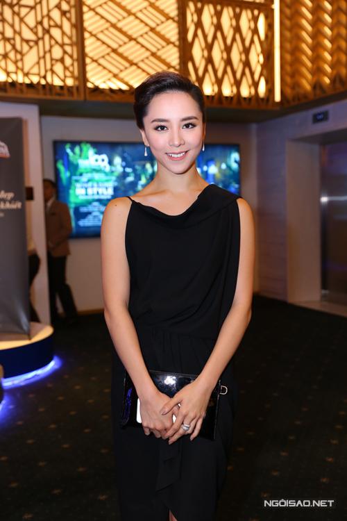 Thiên Lý sang trọng với thiết kế váy lụa đen.
