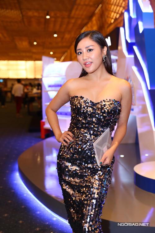Văn Mai Hương chọn váy sequins để giúp mình tỏa sáng tại sự kiện có sự góp mặt của nhiều người đẹp nổi tiếng.