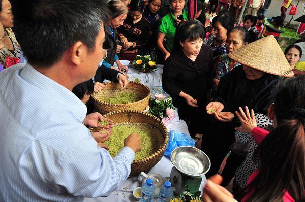 Diễn ra tại khuôn viên đình làng, ngày hội tái hiện không gian văn hóa làng cốm Mễ Trì với hội chợ ẩm thực, triển lãm cốm, các công đoạn làm cốm Mễ Trì, chợ cốm đêm duy nhất tại Hà Nội.
