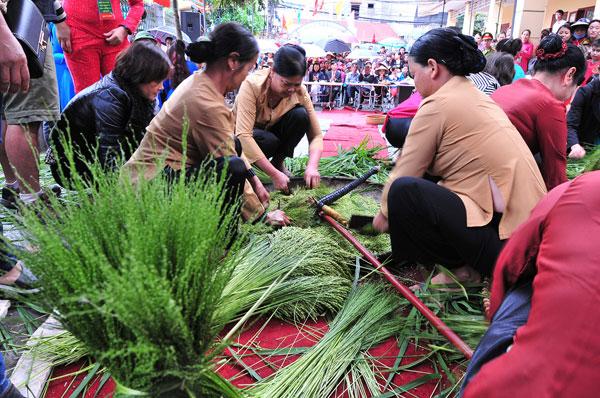Điểm nhấn của lễ hội là việc thi làm cốm theo truyền thống. Người xem có thể quan sát được toàn bộ các công đoạn để có thể cho ra đời một mẻ cốm ngon theo đúng phương thức cổ truyền