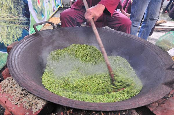 7. Các nghệ nhân lớn tuổi trong làng kiểm tra chất lượng của lúa sau khi qua sàng sẩy.