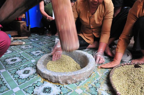 6. Phần cây lúa sẽ được phơi khô để dành làm chổi rơm