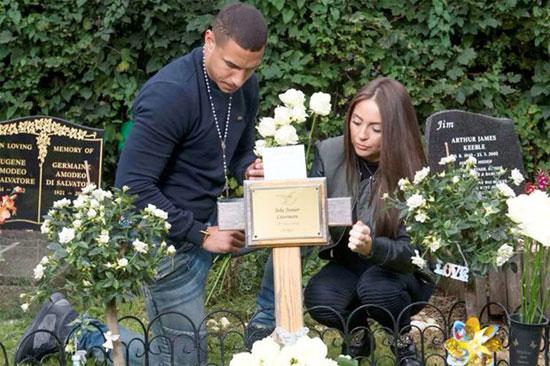 Tiền vệ Hull City và bạn gái trong một lần đi thăm mộ đứa con xấu số.