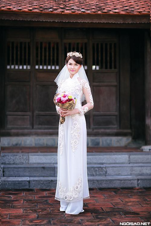 Diễm Trinh đẹp trong trẻo khi diện áo dài cưới