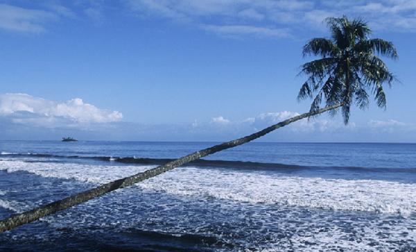 Những bãi biển cát đen lạ kỳ trên thế giới