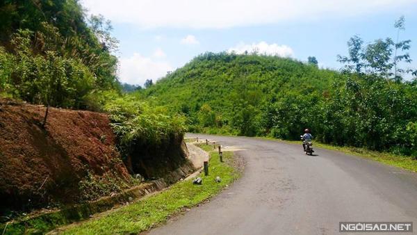 Cung đường đổ xuống dốc Cù Trỏ để vào làng Hmông. Ảnh: Hoàng Thương.