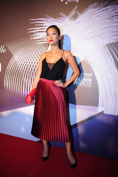 Cựu người mẫu Bằng Lăng khoe làn da nâu gợi cảm với váy hai dây cùng chân váy xếp li.