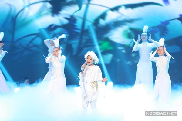 Cô bé tóc mây  Hồng Minh của đội Hồ Hoài Anh chọn ca khúc Ngẫu hứng sông hồng (Sáng tác: Trần Tiến) để tham gia vòng thi bán kết.