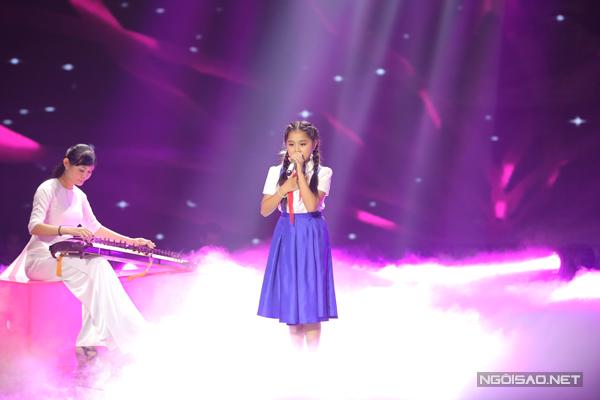 Nhã Thy của đội Cẩm Thy khoe chất giọng ngọt ngào và tình cảm qua ca khúc Bài ca nhớ Bác (Sáng tác: Xuân Quang).