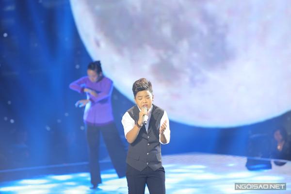 Nguyễn Trọng Tiến Quang của đội Dương Khắc Linh trình bày ca khúc Mẹ (Thơ: Đoàn Ngọc Thu, Nhạc: Phan Long).