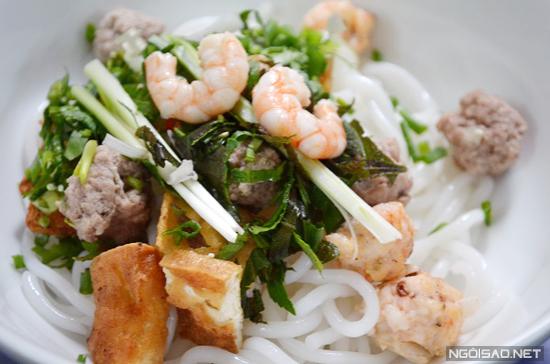 Cho bún, mọc tôm thịt, đậu hũ rau thơm vào tô trước khi chan nước dùng.