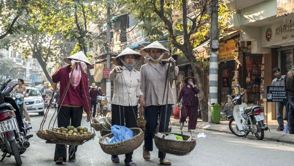 Những gánh hàng rong trên phố từ lâu đã trở thành nét đặc trưng ở Hà Nội. Ảnh: Daily Telegraph.