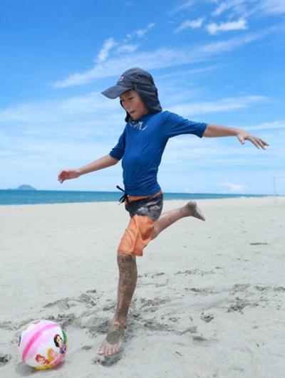 Nghiên cứu cho thấy, các chuyển động vật lý khi chơi bóngảnh hưởng đến sinh lý não bằng cách tăng trưởng mao mạch, tăng lưu thông máu, thúc đẩy quá trình sản xuất hợp chất truyền dẫn thần kinh neurotrophins và kết nối tế bào nơ-ron vùng dưới đồi não (hippocampus). Những thay đổi này cải thiện khả năng tập trung và sáng tạo; tốc độ xử lý, lưu trữ và truy xuất thông tin; kỹ năng ứng phó; tâm trạng vui vẻ và cảm giác thèm ăn ở trẻ.