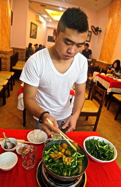 Chả cá Lã Vọng - địa điểm ẩm thực không thể bỏ qua khi đến Hà Nội. Daily Telegraph.