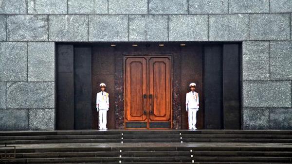 Lăng Chủ tịch Hồ Chí Minh nằm trong Quảng trường Ba Đình luôn là điểm đến thu hút du khách đến tham quan nhất. Ảnh: Daily Telegraph.