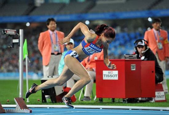 Nữ hoàng tốc độ một thời Nguyễn Thị Hương chia sẻ bức ảnh ngày còn thi đấu, thể hiện nỗi nhớ đường chạy.