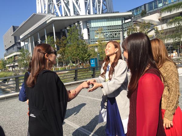 Đến Nhật Bản ghi hình cho một chương trình giao lưu văn hóa, Lã Thanh Huyền có dịp gặp gỡ nhóm nhạc MAX nổi tiếng. Các nghệ sĩ ở xứ sở mặt trời mọc rất cởi mở tiếp đón 'gái một con', đồng thời nhiệt tình đưa cô đi thăm quan nhiều địa danh du lịch tại Tokyo.