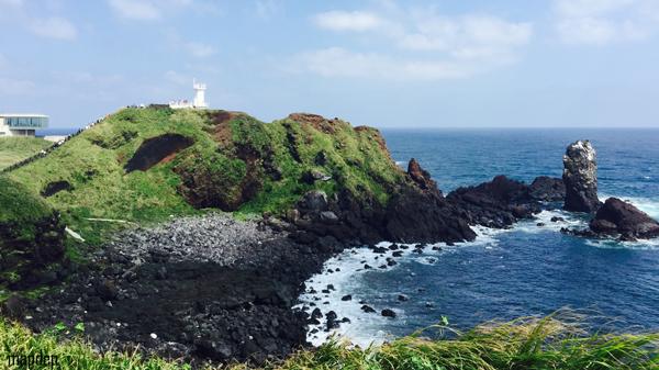 Bãi đá đen bazan, vết tích của núi lửa phun trảo trên đảo Jeju.