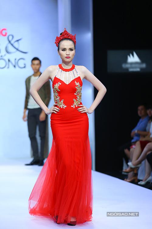 diem-huong-lam-nu-hoang-tren-san-catwalk