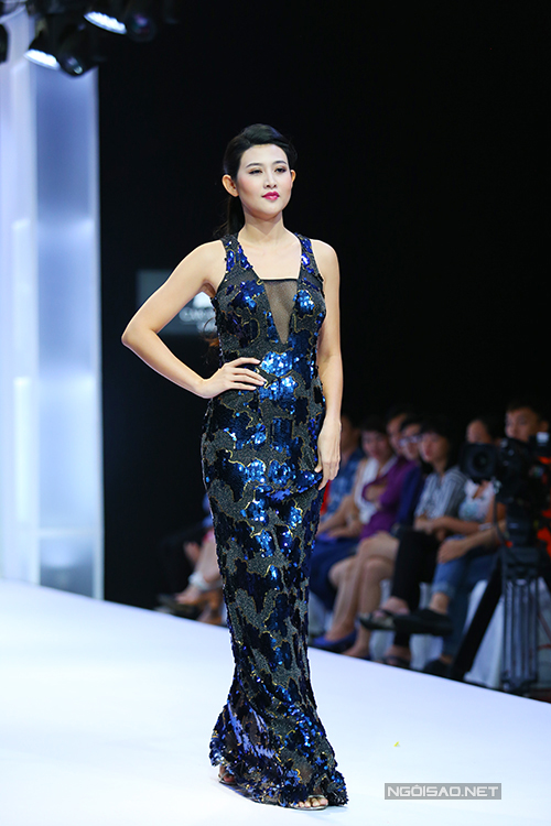 diem-huong-lam-nu-hoang-tren-san-catwalk-4