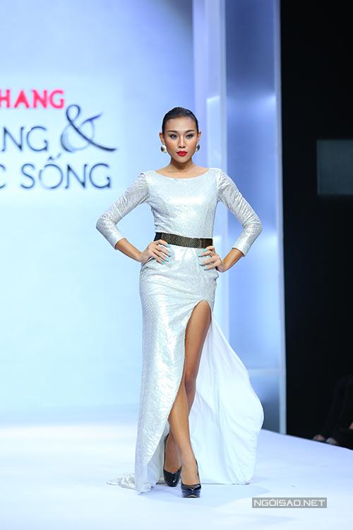 diem-huong-lam-nu-hoang-tren-san-catwalk-9