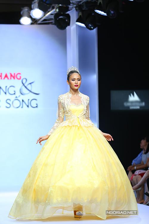 diem-huong-lam-nu-hoang-tren-san-catwalk-12