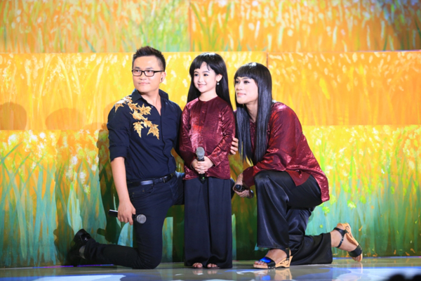 Nghệ sĩ Hồng Vân đánh giá, Bảo Ngọc là cô bé nhanh nhẹn và sắc sảo trên cả sân khấu biểu diễn hay lúc ứng xử.