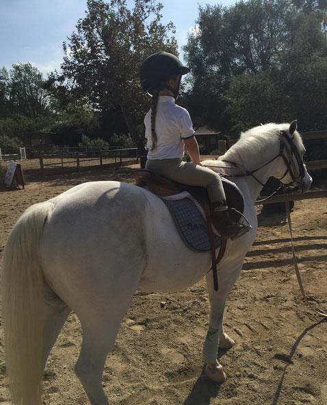 Harper ngồi vững chãi trên lưng ngựa