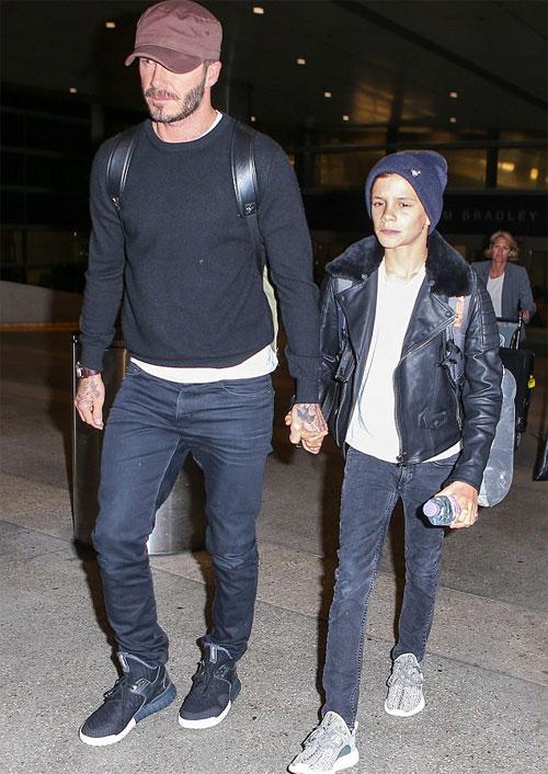 Becks và cậu nhóc Romeo nắm tay nhau tại sân bay ở sân bay Los Angeles hôm cuối tuần.