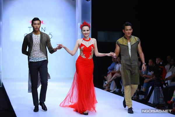 diem-huong-lam-nu-hoang-tren-san-catwalk-2