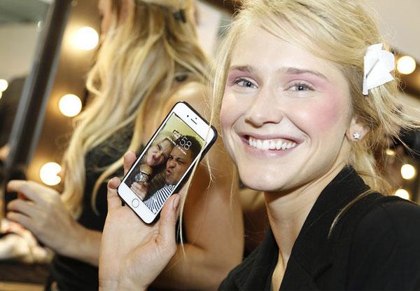 Người đẹp khoe màn hình nền điện thoại in ảnh nhí nhảnh của hai người.