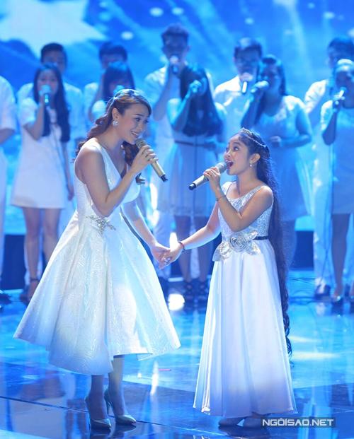Hồng Minh song ca cùng Mỹ Tâm, thần tượng của cô bé trong ca khúc Giọt sương. Trong thời gian tập luyện, huấn luyện viên The Voice khen giọng ca nhí cùng quê Đà Nẵng rất đa phong cách và hứa hẹn có tương lai sáng lạn.