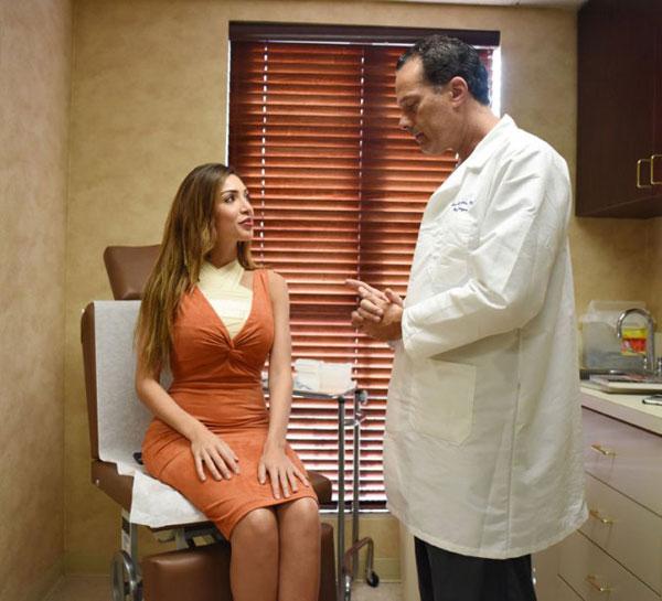 Farrah hồi hộp chờ bác sĩ đến khám và cởi băng