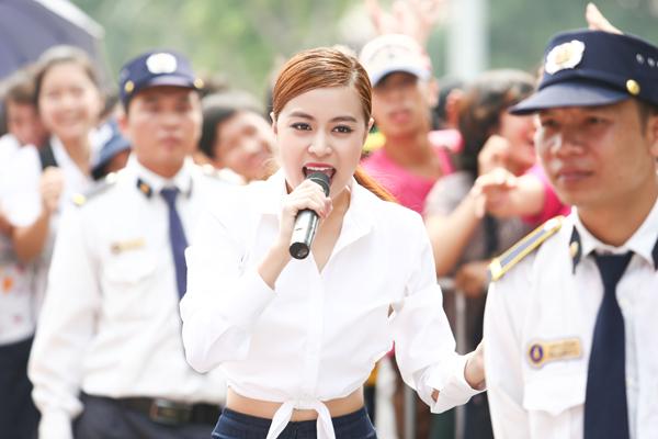 hoang-thuy-linh-khoe-vong-eo-nho-nhan-4