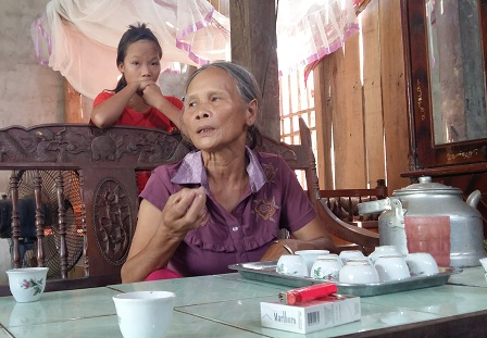 Bà Hoàng Thị Xay đang trao đổi với phóng viên.
