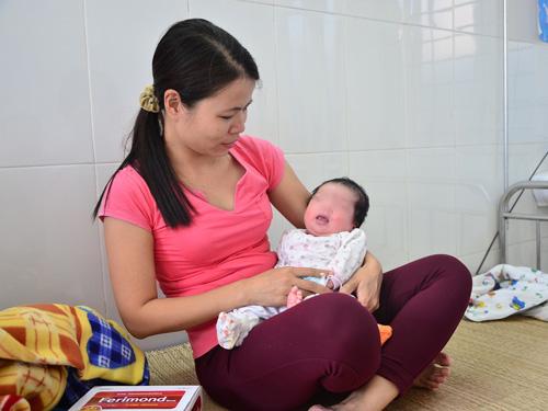 Bé trai đang được chăm sóc tại Trạm y tế phường Minh Khai