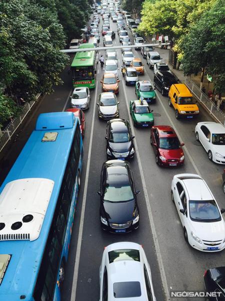 Giao thông ở Trung Quốc cực kì thuận tiện. Đông dân thật nhưng có nhiều cách để bạn đi. Muốn siêu siêu tiết kiệm thì phải đòi hỏi bạn biết tiếng Trung để đi bus, còn không thì cứ leo lên taxi và đi thôi.