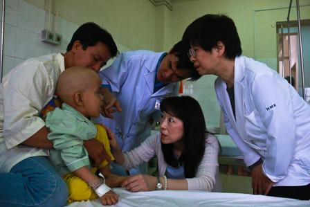 Kazuyo Watanabe cùng bác sĩChâu Văn Hà thăm khám cho bệnh nhi ung thư.