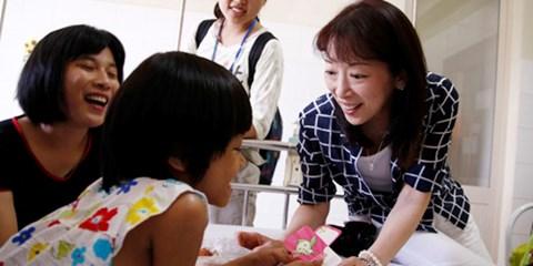 Tình yêu của mẹ Nhật với những đứa trẻ Việt Nam bất hạnh