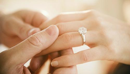 Bỏ người tình giàu có để cưới cô gái bán xôi dạo