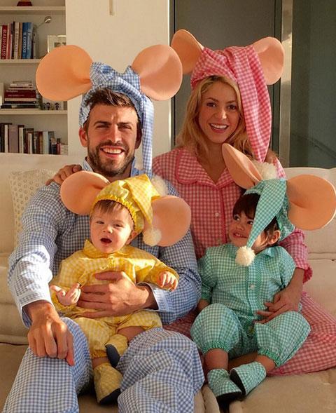 Pique và Shakira cùng hai cậu nhóc Milan, Sasha, hóa trang thành gia đình