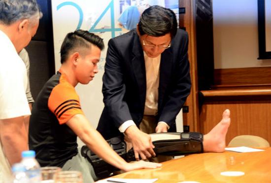 Bác sĩ Singapore sốc vì chấn thương của Anh Khoa