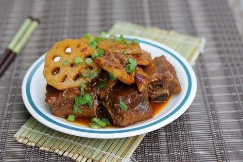 Thịt sườn thấm vị đậm đà của tương đậu đen và củ sen giòn giòn, ngọt ngọt sẽ là món mặn ăn với cơm khá ngon miệng.