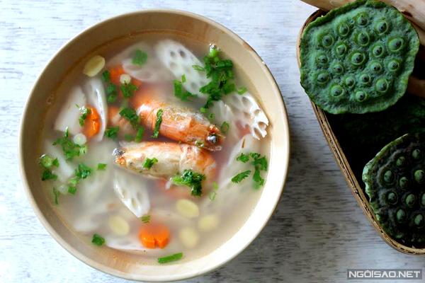 Bát canh củ sen và hạt sen thơm mát, điểm xuyết vài con tôm vừa ngọt nước lại tăng giá trị dinh dưỡng.