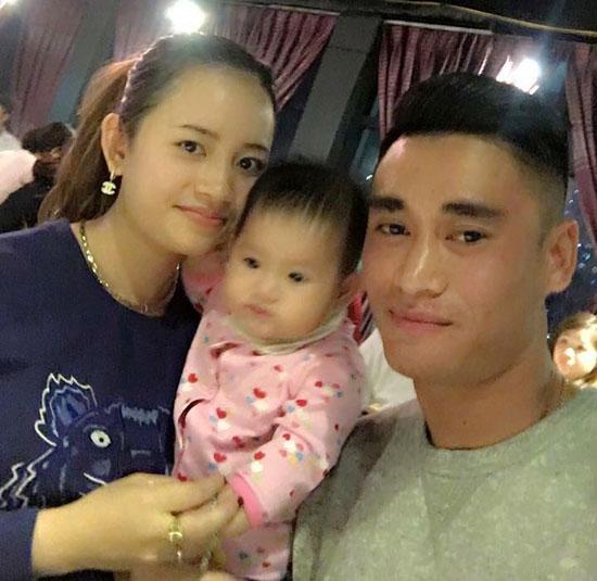 Gia đình hạnh phúc của tiền vệ Vũ Minh Tuấn.
