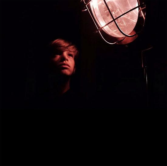 Cậu cả Brooklyn đăng ảnh em trai Romeo đang ngước nhìn đèn