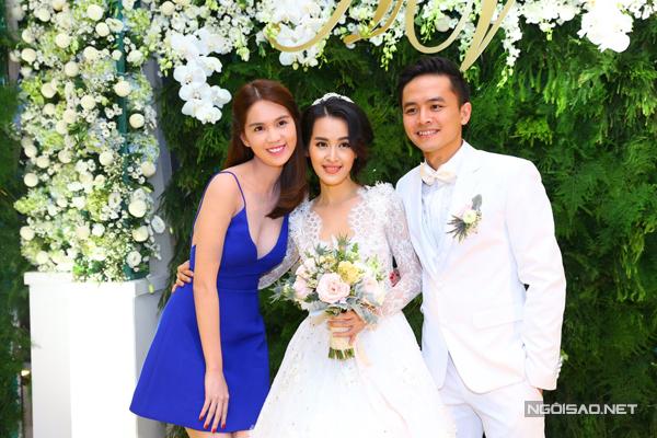 Cô thân thiết với cô dâu khi Tú Vi tham gia phim điện ảnh 'Vòng eo 56' do Ngọc Trinh sản xuất.