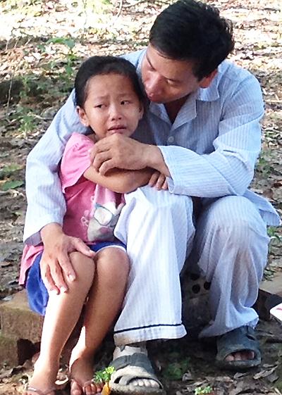 Dỗ dành con gái khi nhớ mẹ khóc. Ảnh: Cửu Long