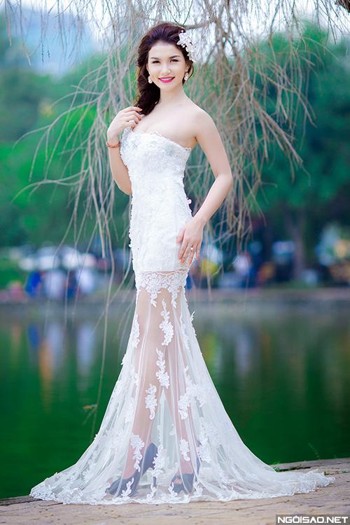 Diễm Trinh khoe dáng với váy cưới đuôi cá
